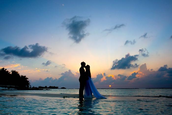 heiraten am see, die bedeutung des wassers, hochzeit ideen, braut und bräutigam, hochzeitsfoto