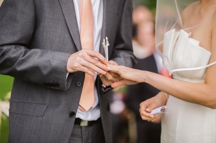 heiraten am see, braut und bräutigam, ringe tauschen, ring an den finger stecken, hochzeitsideen