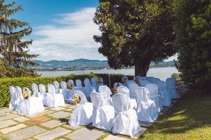 heiraten am see, hochzeitsdeko ideen, stühle dekorieren, hochzeit dekorierationsideen