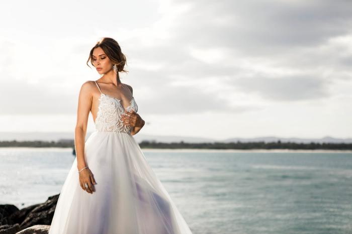 heiraten am see, hochzeitskleid auswählen, weißes brautkleid mit rock aus chiffon, hochsteckfrisur