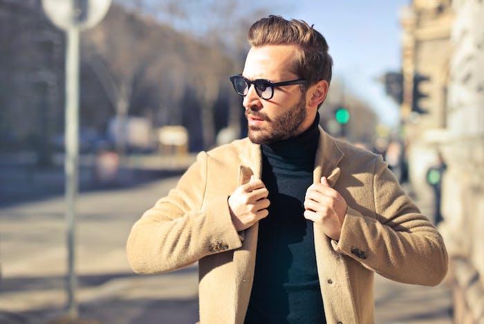 Outfits und Trend für Männer, schwarzer Rollkragenpullover, Blazer in Beige