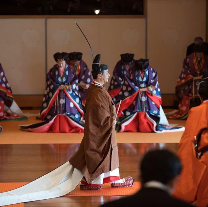 der Kaiser von Japan Naruhito geht durch alle Abgeordnete vom Hof