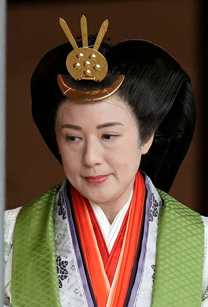die Kaiserin Masako mit ihrem Kopfschmuck und buntem Kimono, die Gemahlin von Naruhito