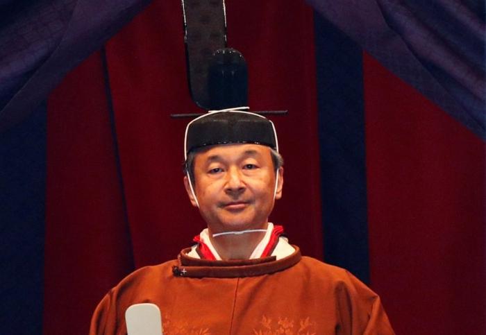 der Kaiser trägt ein Kimono im Stil von neunten Jahrhundert mit traditionellen Kopgschmuck