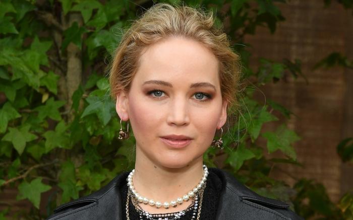 Jennifer Lawrence trägt runde Ohrringe, sie hat bezaubernde blaue Augen
