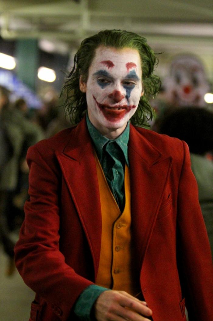 die Schminke ist leicht nass geworden, Joker in einem Cafe