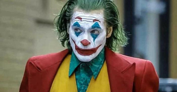 ein Foto von Joker mit Clown Schminke und bunter Anzug