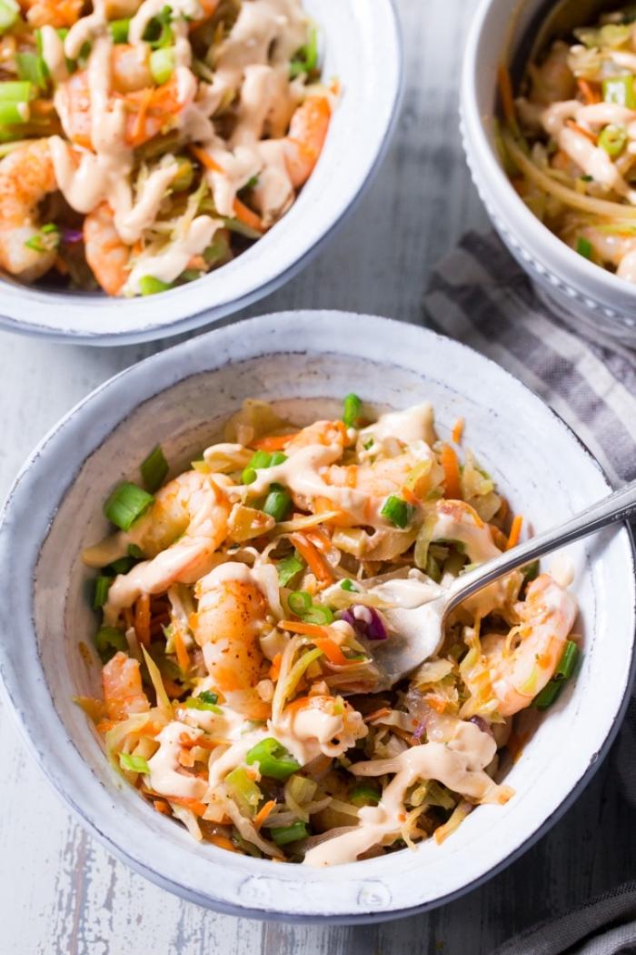 keto ernährungsplan, gesunder salat mit garnelen, einern, nuddeln und bohnen