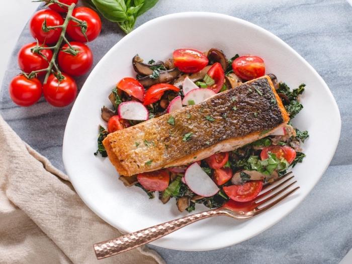 keto ernährungsplan ideen, lachs mit salat aus cherry tomaten und pilzen