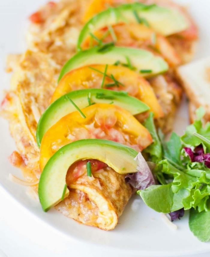 gesund essen, omelette mit tomaten und avocados, keto frühstück ideen, ketogen