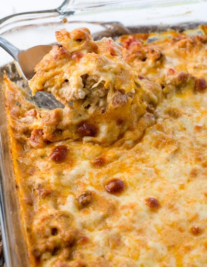 gericht mit eiern, käse, pilzen und fleisch, keto frühstück kasserolle kochen, ketogen