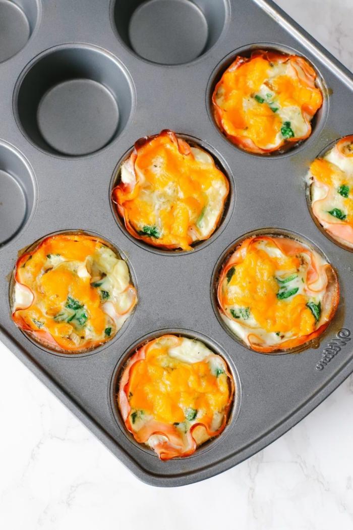 keto frühstück, low carb muffins mit eiern, bacon und bacon, ketogen essen