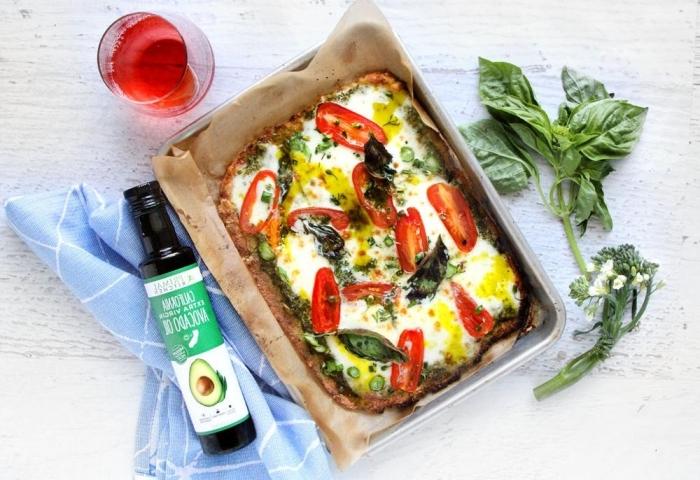 low carb pizza aus sonnenblumenkohl, tomaten und mozzarella, keto frühstück selber machen
