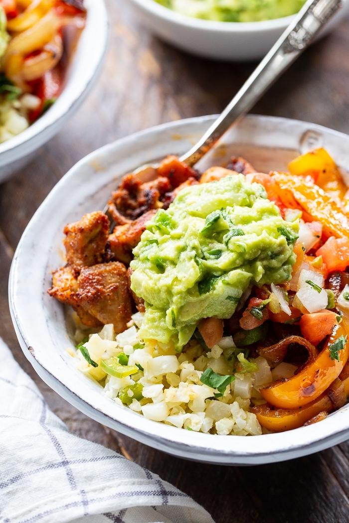 ketogene diät ernährungsplan, hühnerfleisch mit avocado und gemüse, rezepte keto