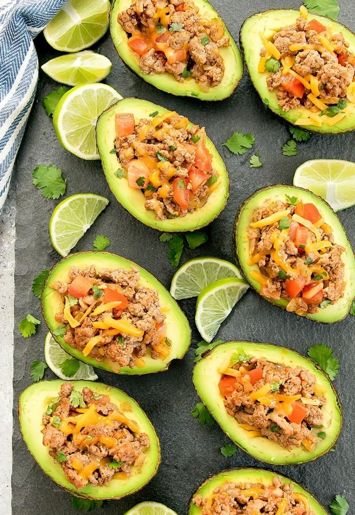 gefüllte avocados mit hackfleisch, tomaten und käse, ketogene diät ernährungsplan
