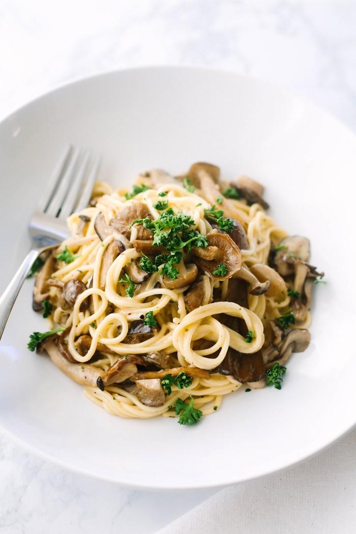ketogene diät rezepte, keto pasta mit pilzen un petersillie, mittagessen ideen