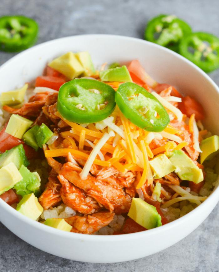 ketogene diät rezepte,low carb rezepte, salat mit avocado, käse, paprikas und hühnerfleisch