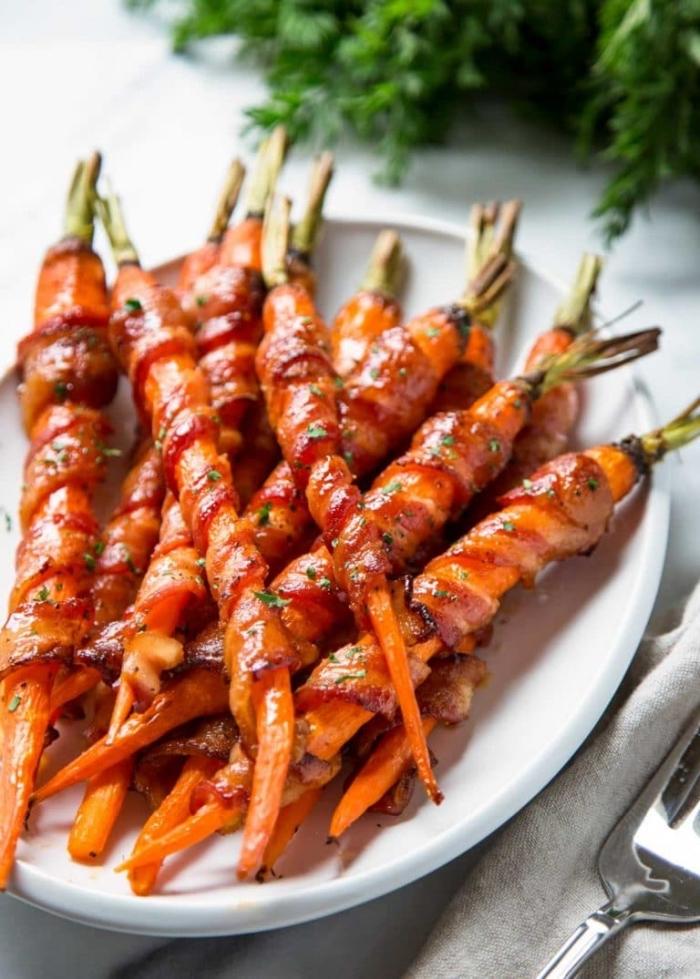 ketogene diät rezepte, partyesen ideen, spieße mit karotten und bacon, keto essen
