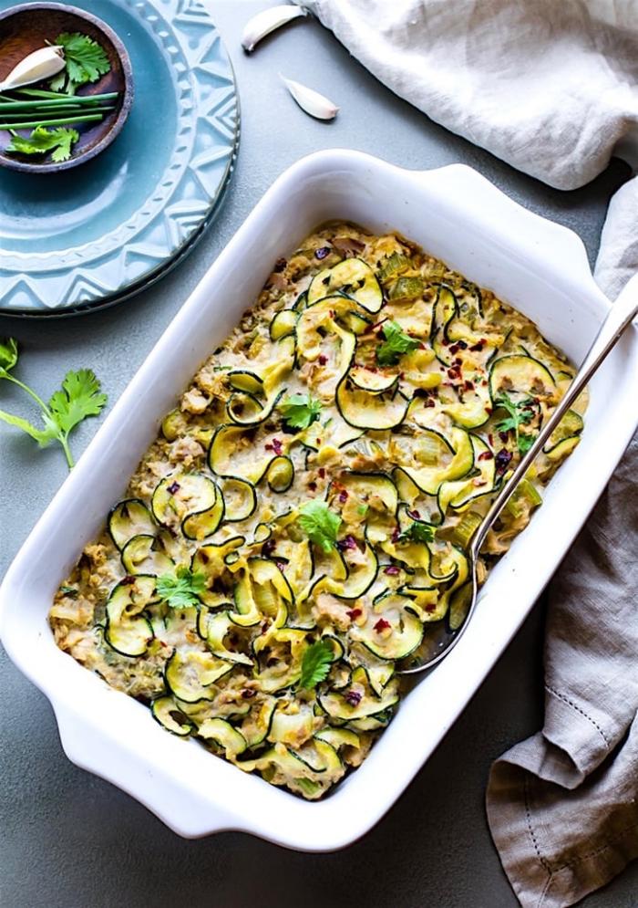 ketogene ernährung ideen, kasserolle kochen, gericht mit zucchini und käse, gesundes mittagessen, low carb