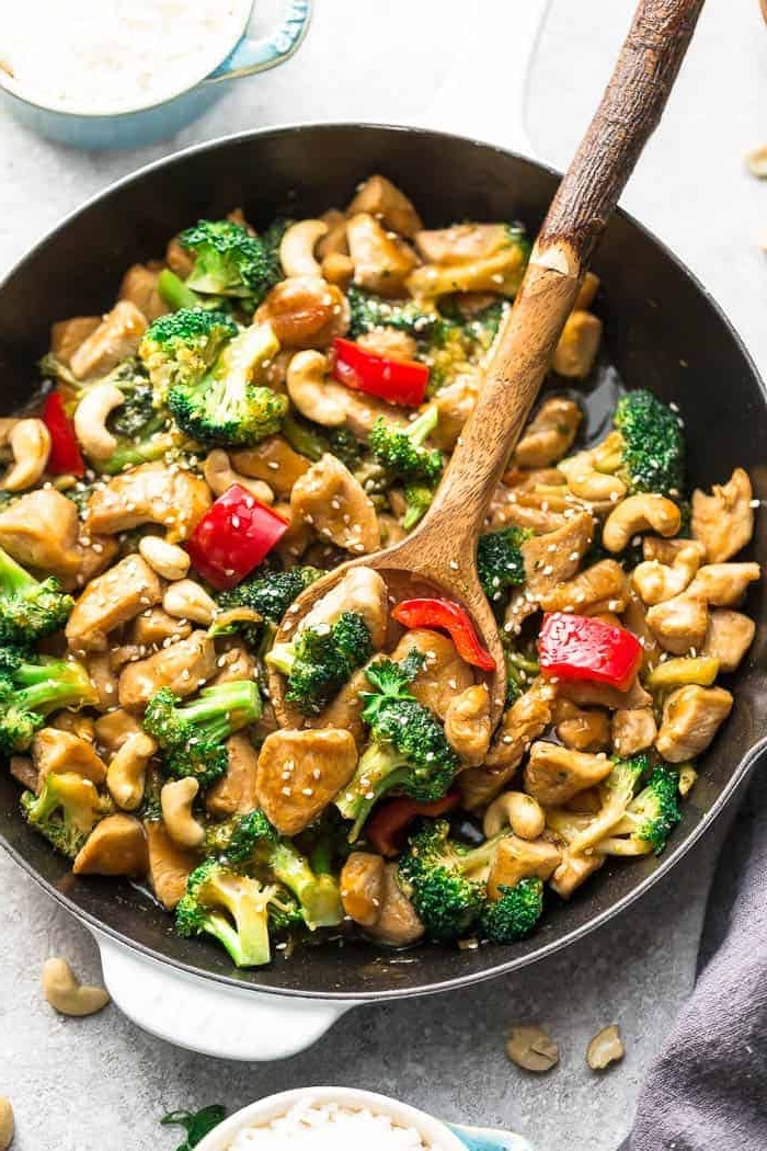 ketogene ernährung, hühnerfleisch mit brokkoli, paprika und sesamsamen, abendessen gesund