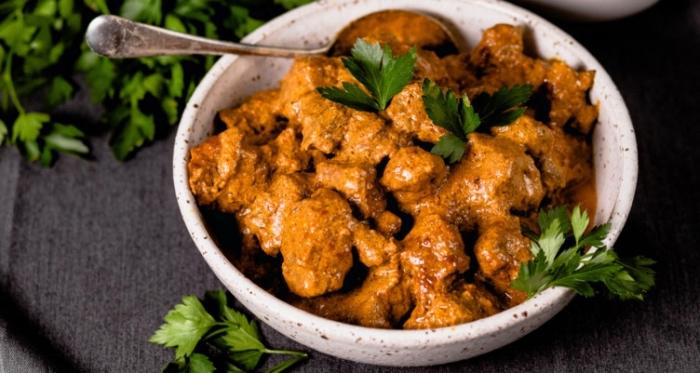 gericht mit hühnerfleisch und soße mit kräutern, ketogene ernährung, rezept keto