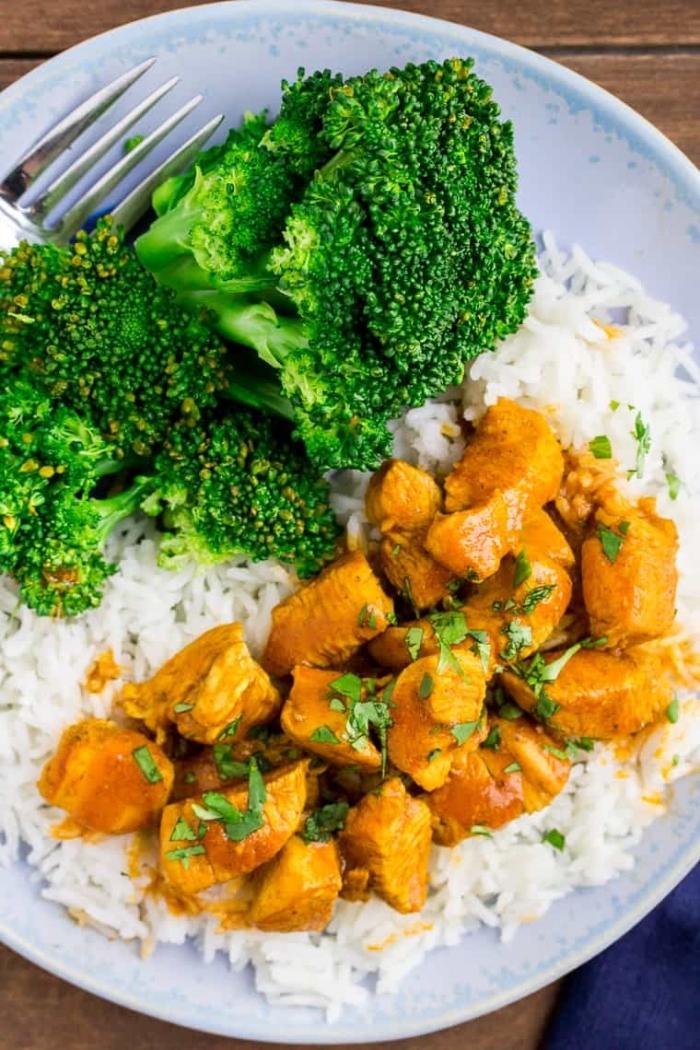 ketogene ernährung, keto essen, gericht mit reis, fleisch und brokkoli, low carb