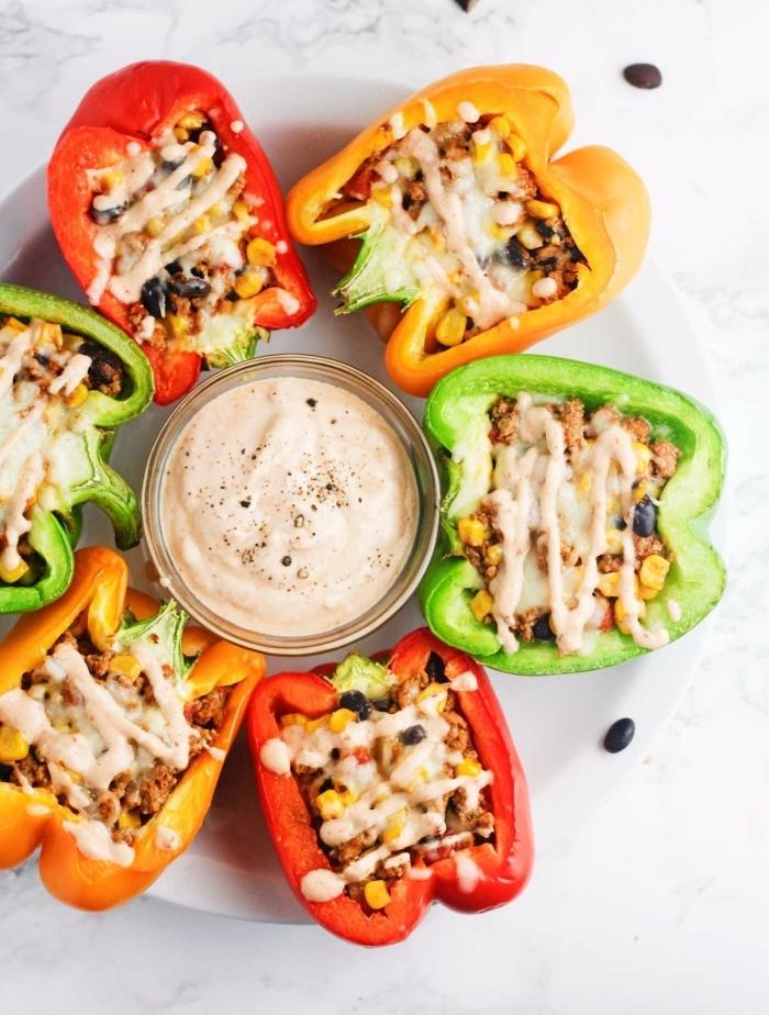 ketogene ernährung, paprikas mit füllung aus hackfleisch, schwarze bohnen und mais