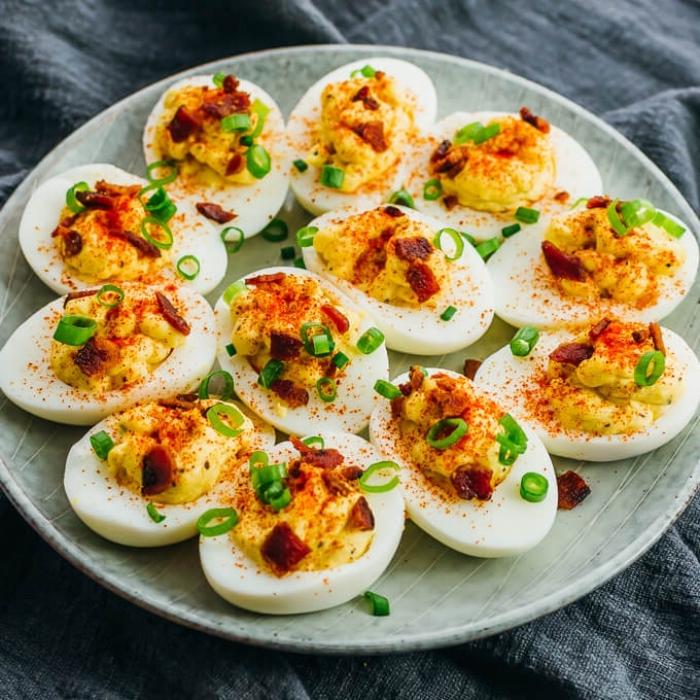 ketogenes frühstück, fingerfood ideen, deviled eier mit bacon und chilli, party essen