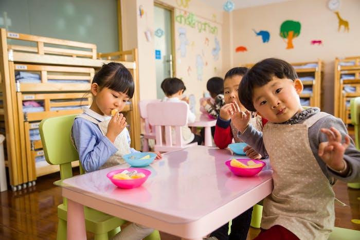 Süße Kinder haben Spaß in der Kita