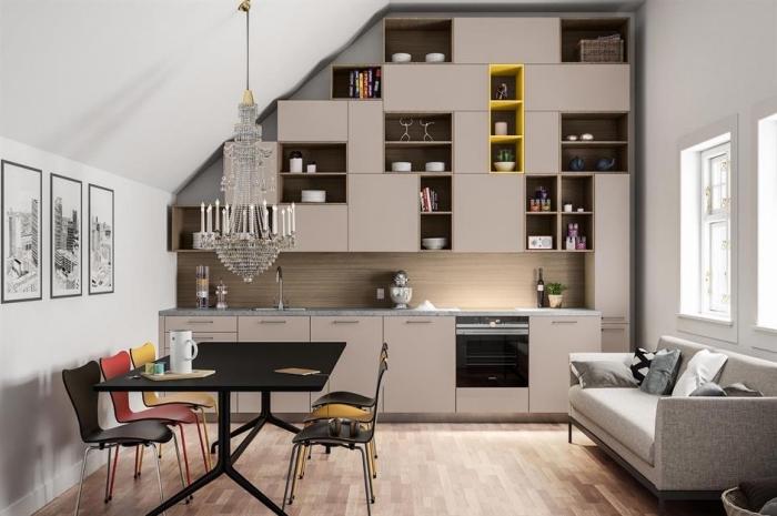 kleines wohnzimmer einrichten, wohnung renovieren, küchenschränke mit regalen, küchenideen