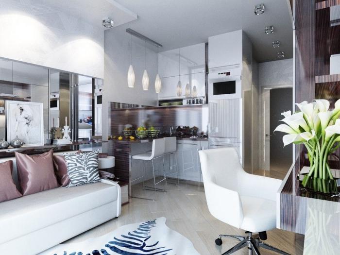kleines wohnzimmer einrichten, whnzimmergestaltung in weiß und silbern, teppich in zebra muster
