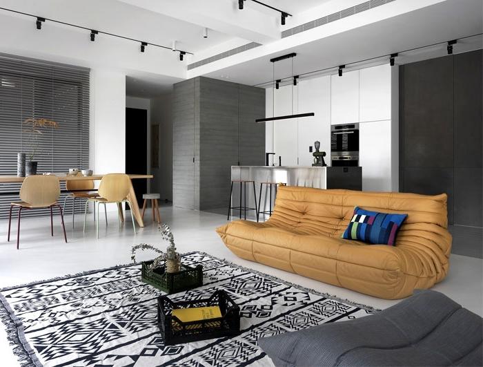 kleines wohnzimmer mit essbereich ideen, beige desginer sofa, teppich mit geometrischen motiven