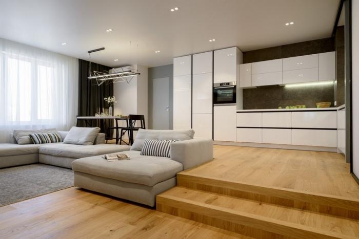 kleines wohnzimmer mit essbereich ideen, weiße küchenschränke mit led beleuchtung, boden aus holz