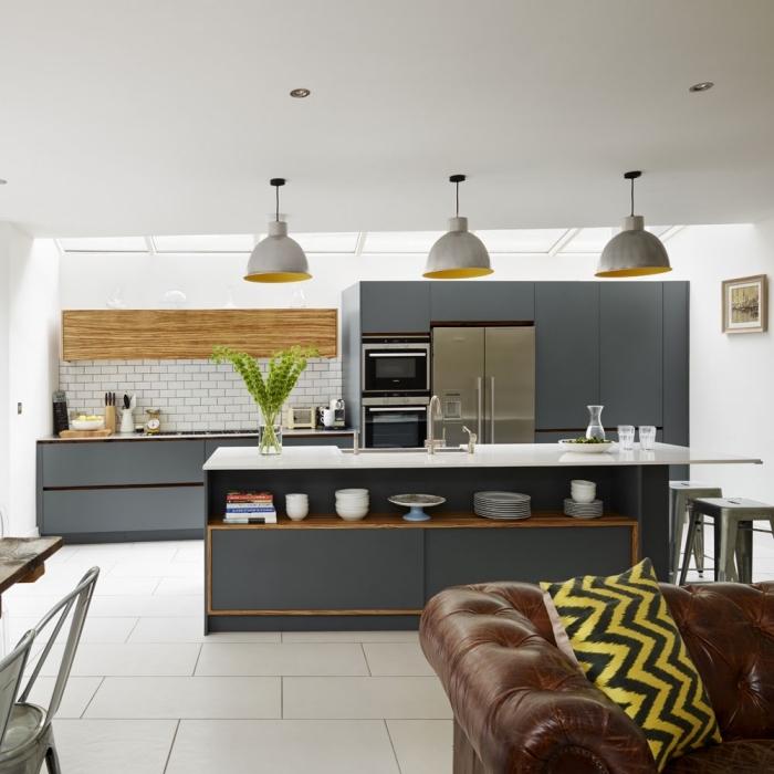 küche esszimmer und wohnzimmer in einem raum, graue küchenmöbel, braunes ledersofa, desginer möbel