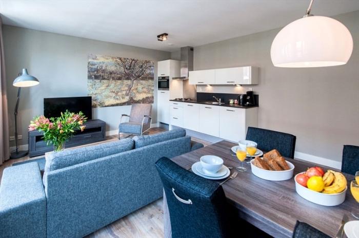 weiße schränke, küche esszimmer und wohnzimmer in einem raum, wanddeko ideen