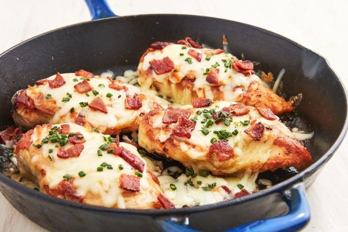 low carb high fat rezepte, hühnerbrust mit käse und bacon, mittagessen einfach