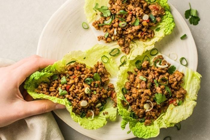 low carb high fat rezepte, kohlenhydratarm kochen, gesunde tacos mit grünem salat und hackfleisch