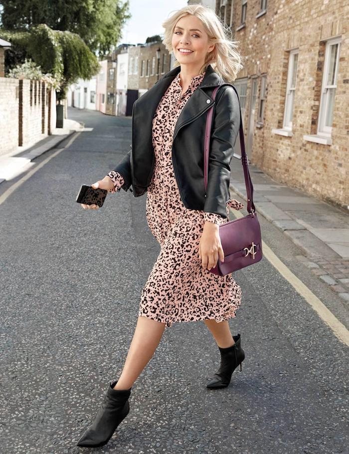 Kleid mit Leopardenmuster, schwarze Lederjacke und Boots, Mode Trends 2019
