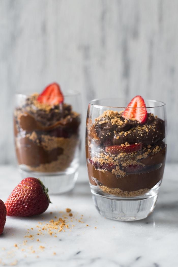 mousse au chocolat rezept, nachtisch ideen, dessert mit schokolade, zerbröselten keksen und erdbeeren