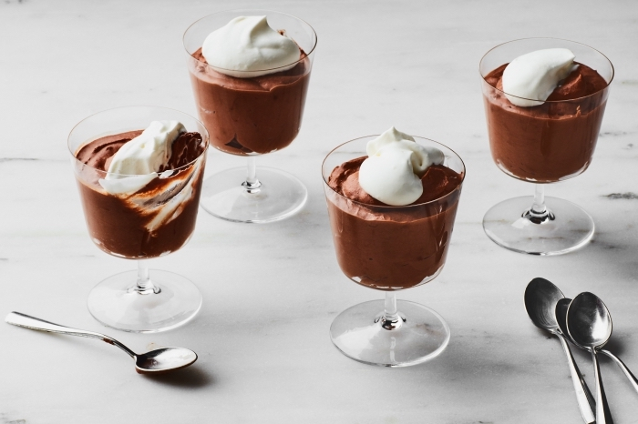 schokodessert garniert mit sahne, mousse au chocolat rezept original, nachtisch im glas