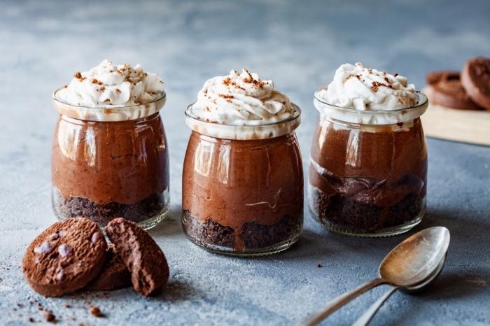 nachtisch mit keksboden, schokomousse und sahne, mousse au chocolat rezeot einfach