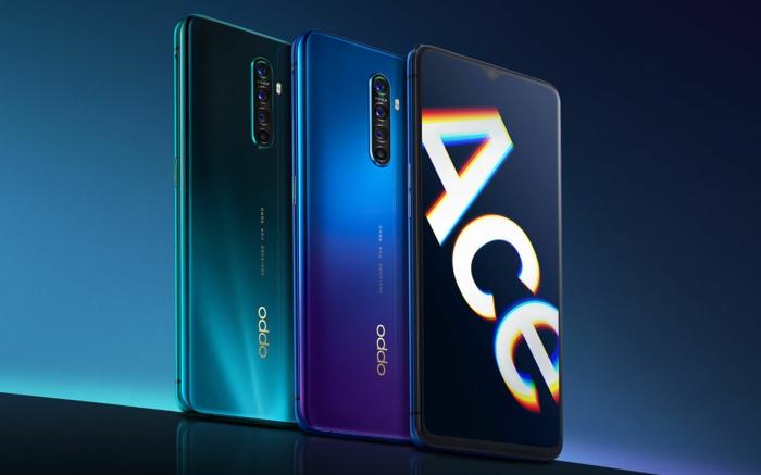 Drei Oppo Smartphones mit dem Logo von Reno Ace in blauer Farbe