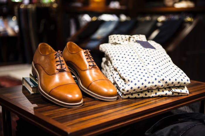 Braune Lederschuhe, weißes Hemd mit blauem Muster, elegante Outfits für Männer, Kleidungsstil neu finden
