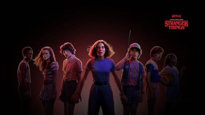 stranger things, ein offizieller poster zu der serie von dem streamingdienst netflix, ein mädchen mit blauem t-shirt, jungen und mädchen