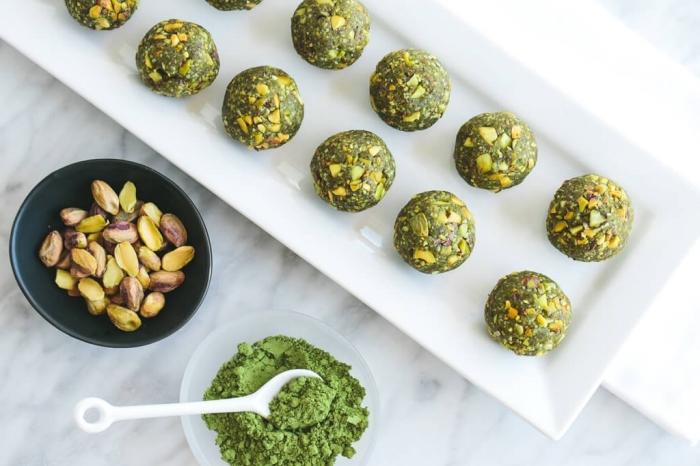 powerballs rezept, einfache zubereitung, energiekugeln mit pistazien und matcha, vegan