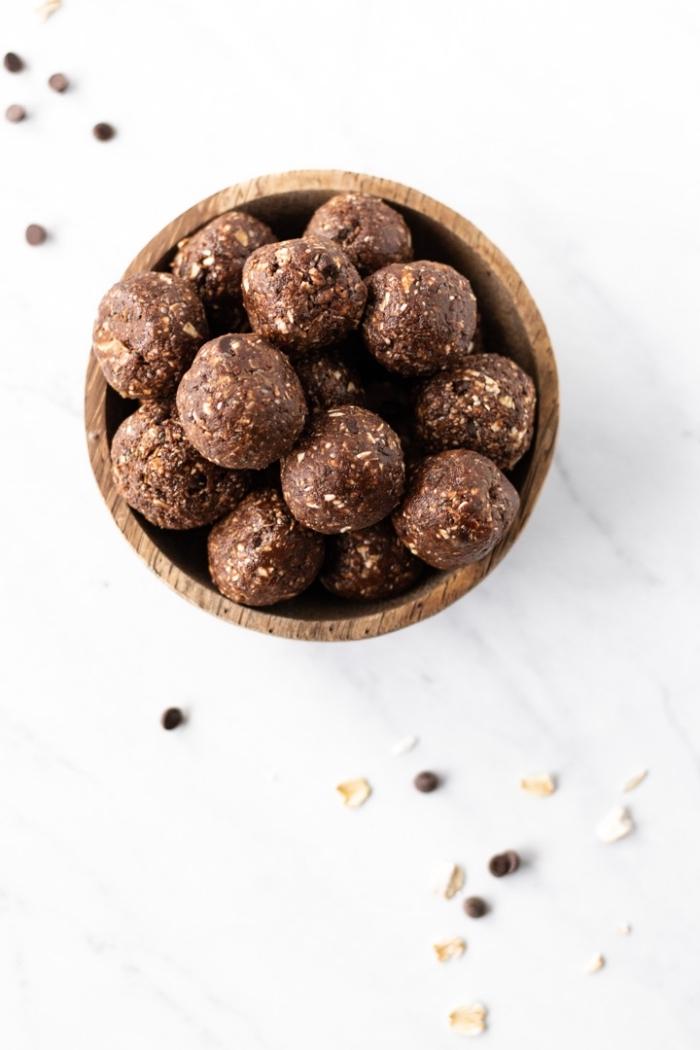protein balls ideen, eiweißbällchen mit kakao, schokoaldenchips und haferflocken