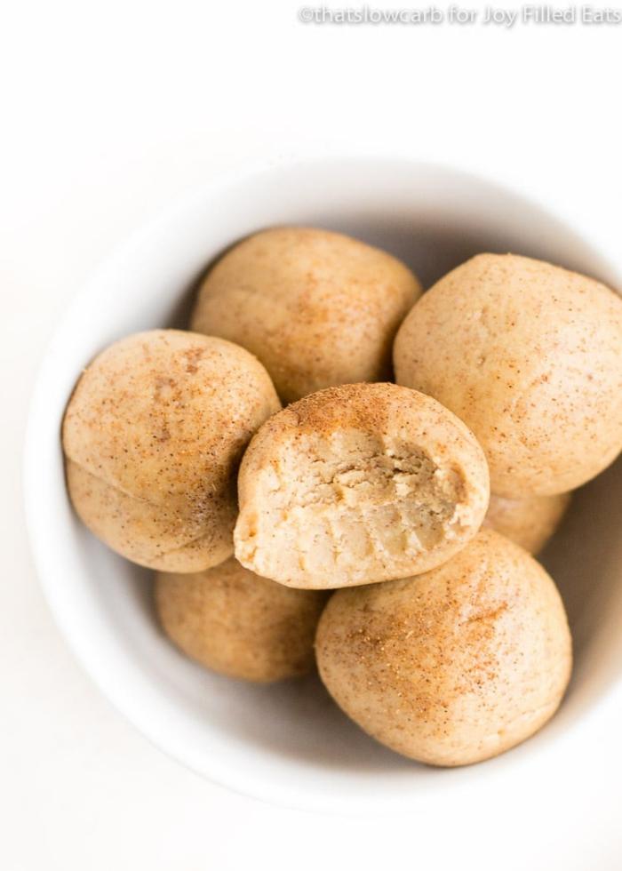 protien balls die besten rezepte, rohe selbstgemachte energiekugeln mit erdnussbutter und kokos