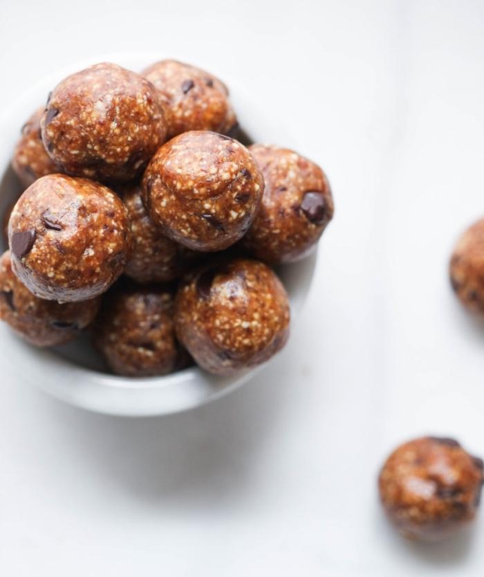 rezepte mit datteln, einfache und schnelle eiweißbällchen mit kakao und schokoaldenchips
