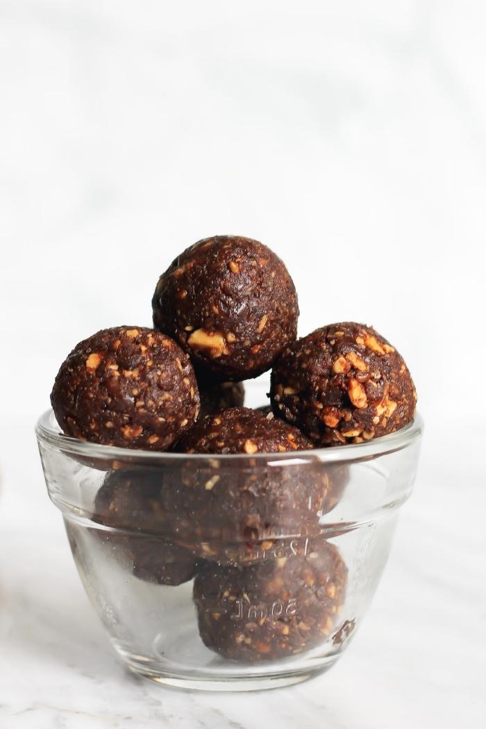 eiweiß rezepte mit datteln, energiekugeln mit kakao und nüssen, bliss balls selsbtgemacht
