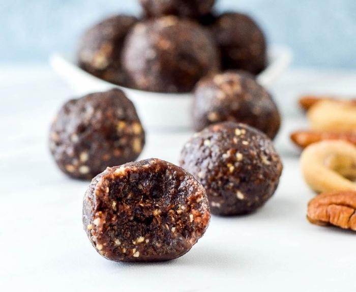eiweiß rezepte mit datteln, proteinbällchen mit pekannüssen und cashewnüssen, eiweikugeln
